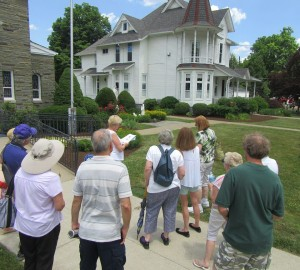 walking-tour-group